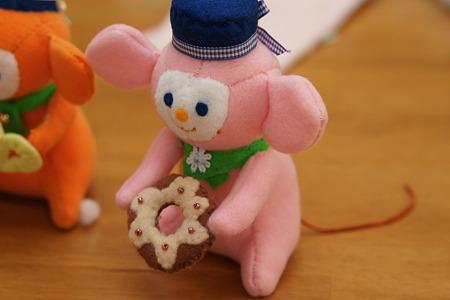 ドーナツをもったネズミのぬいぐるみ