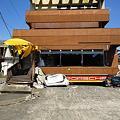 Photos: 1階部分(ガレージ)が完全につぶれた建物(車がサンドイッチ状態)