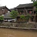 川沿いに建つ民家