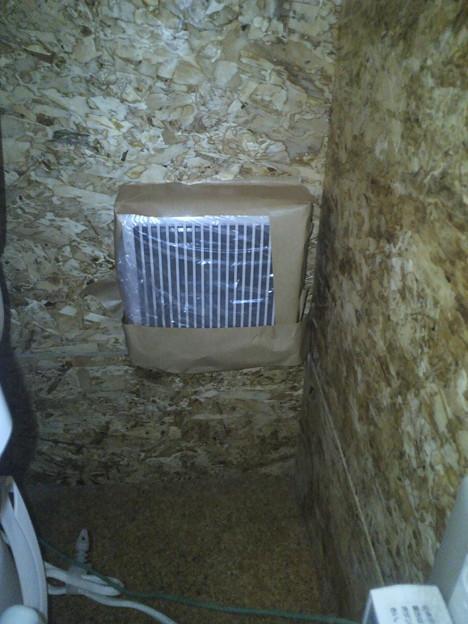 写真: 母の指示でトイレの換気扇を塞いだ・・・ヤリスギタヨママン