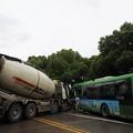 写真: 武漢での交通事故 バストミキサー車 (4)