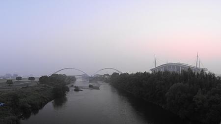 濃霧の豊田大橋と豊田スタジアム