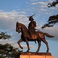 写真: 朝陽に輝く騎馬像