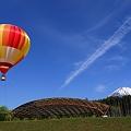 富士山と気球と飛行機雲と