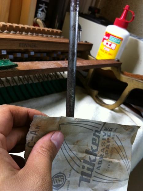 写真: ダンパーロッド磨き作業