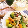 写真: 今日の晩ごはん【ベジパワープレート】。青汁も一緒に野菜づくし。こ...
