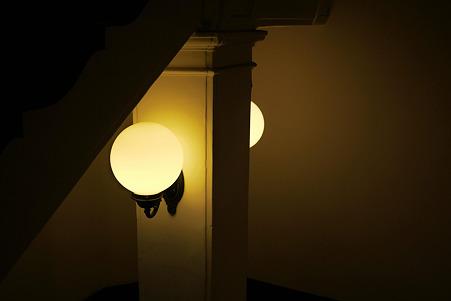 2010.06.23 横浜市開港記念会館 階段下の照明