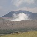 写真: 100512-111草千里からの噴火口
