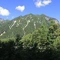 写真: 100721-47蝶ヶ岳登山・屏風岩(中央)と明神岳(左)