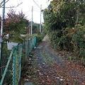 写真: 101119-18坂の上の道