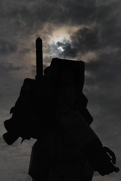 写真: 金環日食とガンダム